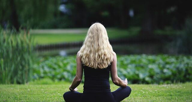 Schmerztablette, Wärmeflasche oder Yoga bei Menstruationsbeschwerden?